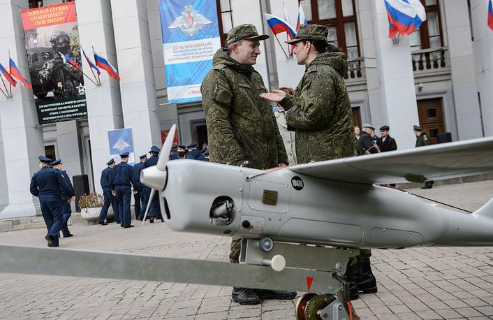 """Военнослужащие возле беспилотника """"Орлан-10"""""""
