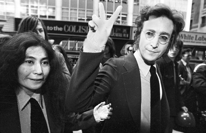 Джон Леннон с женой на встрече с поклонниками в Нью-Йорке, 1972 г.
