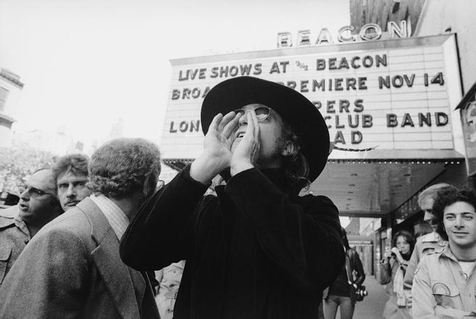 Джон Леннон перед зданием театра Бикона в Нью-Йорке, 1972 г.