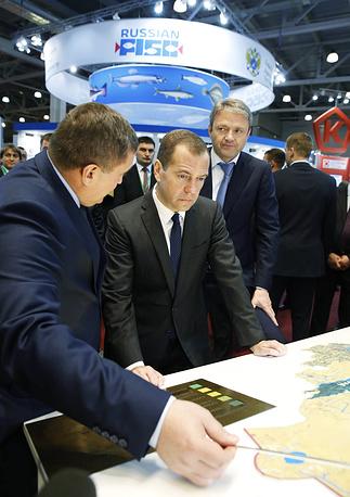 Премьер-министр РФ Дмитрий Медведев (в центре), министр сельского хозяйства РФ Александр Ткачев (справа)