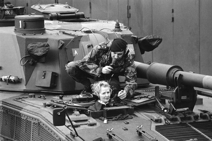 Политикой Маргарет Тэтчер начала заниматься еще в университете, возглавив Ассоциацию студентов-консерваторов. Тогда же сформировались ее политические убеждения, на которые большое влияние оказали работы австрийского экономиста Фридриха фон Хайека, сторонника либеральной экономики и свободного рынка.   На фото: Маргарет Тэтчер во время визита в город Херфорд (Германия), где дислоцировалась Британская Рейнская армия, 23 января 1976 года