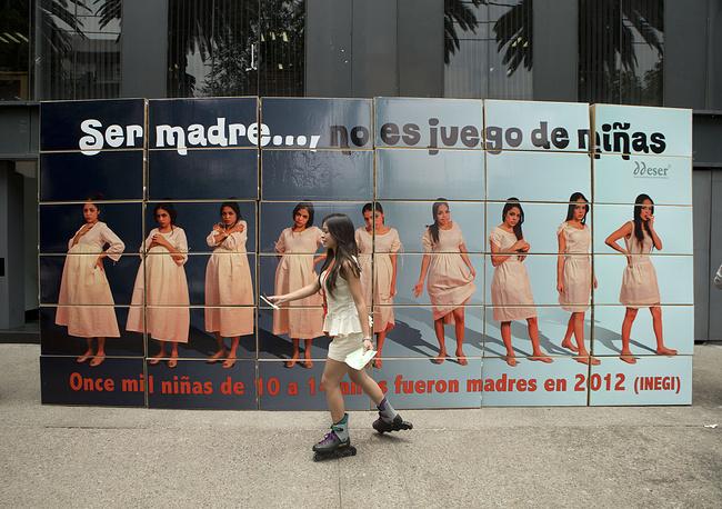 Кроме того, ранние беременности создают угрозу для здоровья роженицы. По данным Всемирной организации здравоохранения, неудачные роды считаются в мире одной из главных причин смерти девушек в возрасте от 15 до 19 лет. На фото: девушка раздает листовки, рассказывающие о проблемах подростковой беременности, Мехико, Мексика, 2014 год