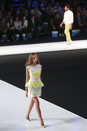 Как рассказал модельер, коллекция представляет собой новое для дома моды направление. На фото: показ коллекции Юдашкина