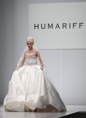 Модель Алена Шишкова во время показа коллекции одежды Humariff