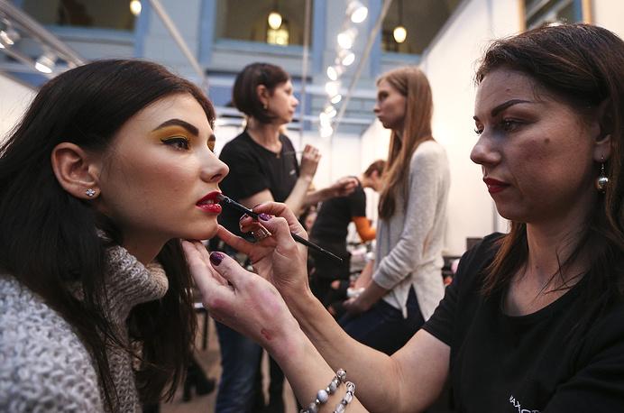 Модели перед показом коллекции одежды дизайнера Елены Шипиловой
