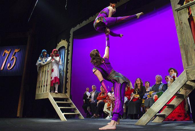 Артисты цирка во время концерта на торжественном вечере, посвященном 75-летнему юбилею Государственного академического центрального театра кукол имени Сергея Образцова, 2006 год