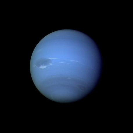 25 августа 1989 года космический аппарат NASA Voyager 2 подтвердил существование магнитного поля Нептуна и установил, что оно наклонено, как и поле Урана. Вопрос о периоде вращения планеты был решен измерением радиоизлучения. Voyager 2 показал необычно активную погодную систему Нептуна. Было открыто 6 новых спутников планеты и колец, которых, как оказалось, было несколько. На фото: изображение Нептуна, полученное Voyager 2 в августе 1989 года