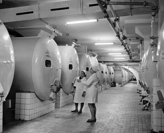 В 1960–1970-е годы хозяйство выпускало особые марки вин, которые отправлялись на экспорт. В цехе переработки винограда, 1969 год