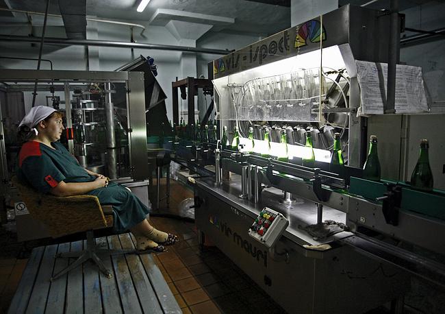 "Проверка бутылок на просвет на линии розлива на заводе шампанских вин ЗАО ""Абрау-Дюрсо"", 2008 год"