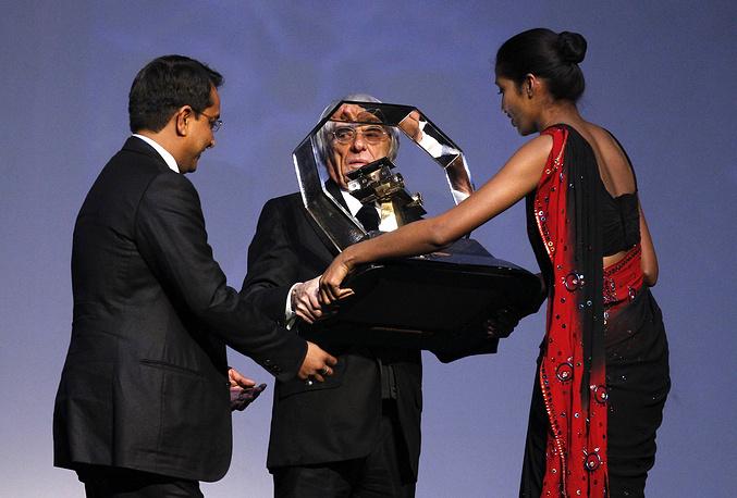 Во время вручения награды промоутеру Гран-при Индии Самиру Гауру (2011 год)