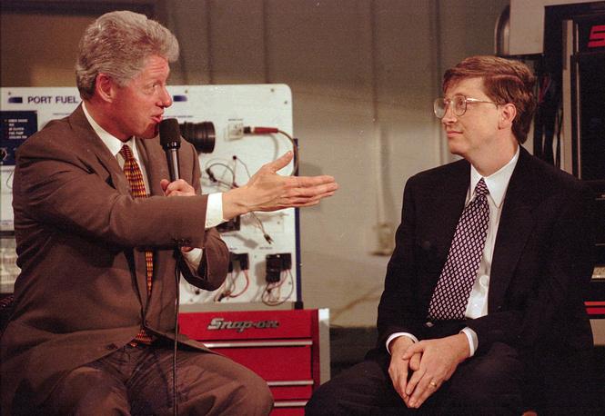 В 1981 г. компания создала всемирно известную систему MS-DOS, через два года - текстовый редактор Word, в 1985 г. появился пользовательский интерфейс для системы – Microsoft Windows. На фото: президент США Билл Клинтон и Гейтс, 1996 г.