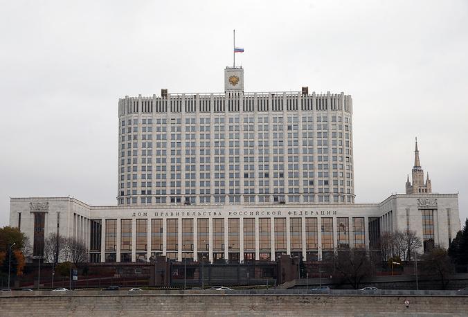 Приспущенный флаг России на здании правительства РФ, Москва