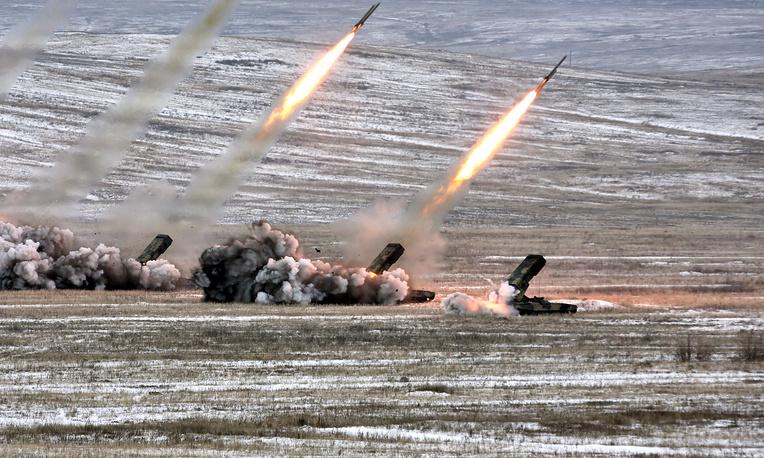 """Тяжелая огнеметная система ТОС-1А """"Солнцепек"""". 24 направляющих калибра 220 мм могут вести огонь неуправляемыми ракетами с головной частью термобарического или зажигательного действия"""