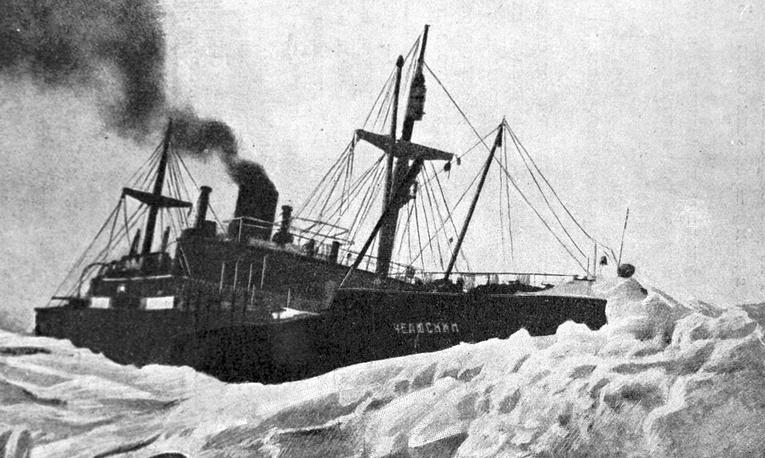 """В 1933 году советский пароход """"Челюскин"""" оказался полностью заблокирован льдами в Чукотском море.   Пароход затонул у побережья Чукотки, на Дальнем Востоке, в феврале 1934 года. На фото: """"Челюскин"""" во льдах, 1934 год"""
