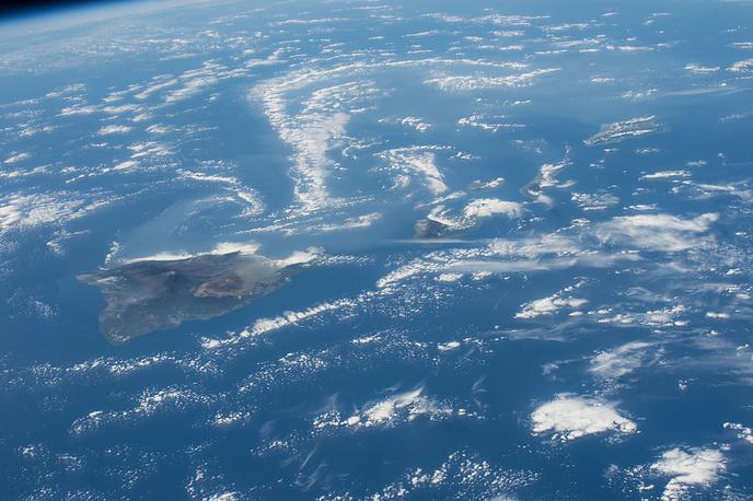 Снимки гавайских вулканов Килауэа и Мауна-Лоа. На Килауэа с 1983 года происходит медленное, но непрерывное извержение, это один из самых активных вулканов на Земле. Мауна-Лоа в последний раз был активен в 1996 году, с тех пор за ним постоянно ведется наблюдение