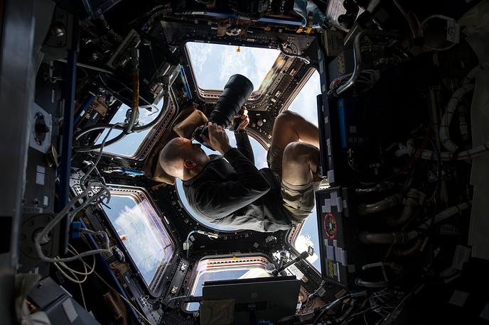 Астронавт NASA Крис Кэссиди во время фотосъемки Земли. В настоящий момент он является участником космической экспедиции МКС-35 в качестве третьего бортинженера