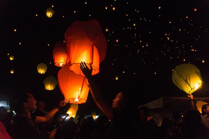 Магеланг, провинция Центральная Ява. Индонезия. 1 января 2016. Жители города запускают небесные фонарики в знак наступившего года.
