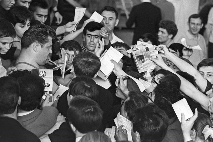Леонид Жаботинский во время раздачи автографов
