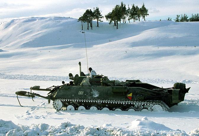 Гусеничный минный заградитель выдвигается на учебный боевой рубеж. Приволжско-Уральский военный округ, 2002 год