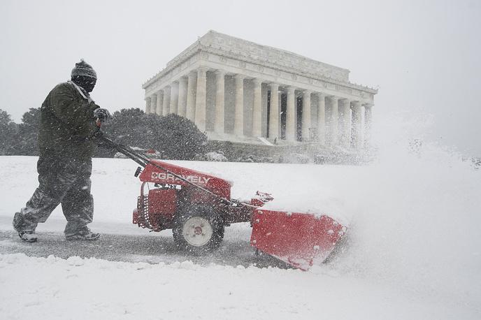 Уборка снега у мемориала Линкольна в Вашингтоне
