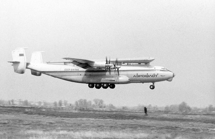 """Самолет Ан-22 транспортирует к месту сборки 70-метровое крыло от авиагиганта Ан-124 """"Руслан"""", 1987 год"""