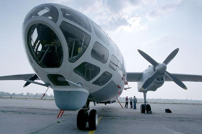 Самолеты Ан-30 Росгидромета готовятся в случае непогоды разгонять тучи над Москвой, 2002 год