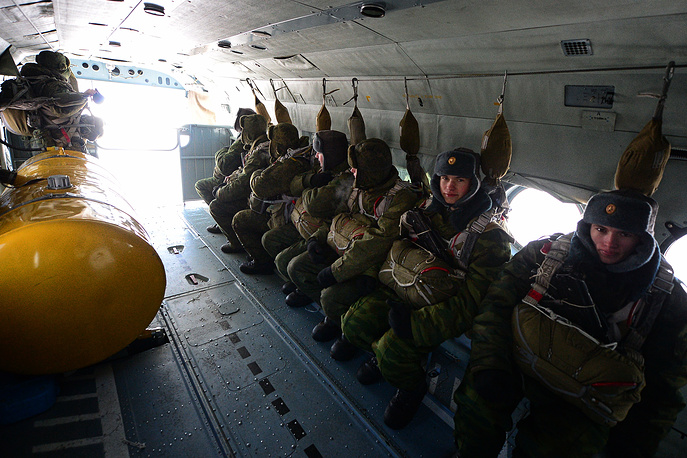 Военнослужащий 83-й отдельной десантно-штурмовой бригады перед десантированием из Ми-8АМТШ. Уссурийск, 2016 год