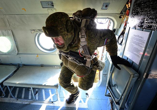 Военнослужащие 83-й отдельной десантно-штурмовой бригады в Ми-8АМТШ перед выполнением парашютных прыжков. Уссурийск, 2016 год