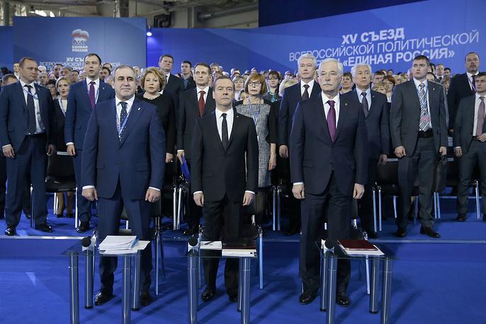 """Медведев предложил в этом году предложил обновить руководство партии на треть. Съезд """"Единой России"""" провел ротацию Высшего совета и Генерального совета партии. На фото: Медведев (в центре), Неверов (слева), Грызлов (справа)."""