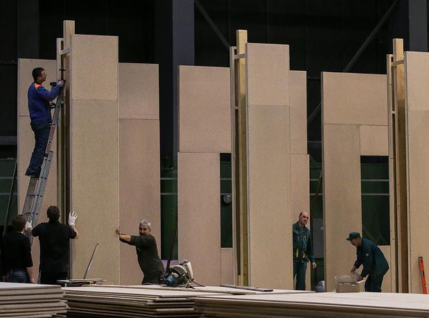Работа над декорациями в одном из павильонов киноконцерна
