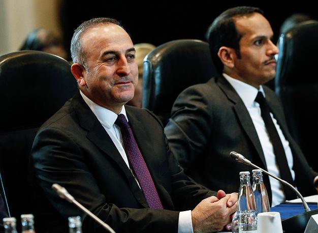 Министр иностранных дел Турции Мевлют Чавушоглу (слева)