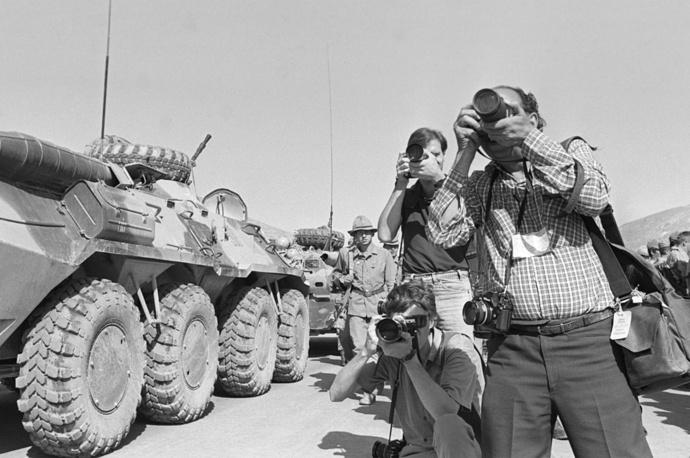 Колонна мотострелкового подразделения, дислоцированные под Джелалабадом, покидает страну. Афганистан, 1988 год