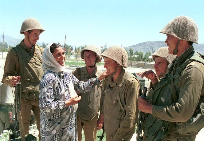 Афганские жители прощаются с советскими солдатами. Афганистан, 1988 год