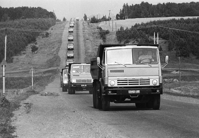 На фото: колонна автомобилей КамАЗ на трассе, 1982 год