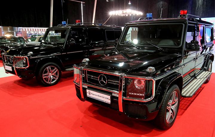 Автомобиль Mercedes-Benz G63 AMG (справа)
