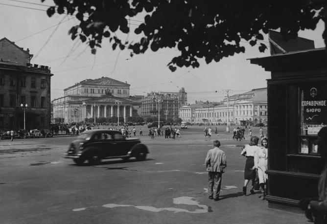 """По воспоминаниям инженера Андрея Липгарта, после знакомства с автомобилем  Иосиф Сталин сказал: """"Дай бог каждому такую машину!""""  На фото: Москва, площадь Свердлова, 1946 год"""