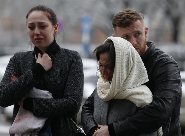Жители города у аэропорта, где при посадке разбился пассажирский самолет Boeing 737-800 авиакомпании FlyDubai, следовавший по маршруту Дубай - Ростов-на-Дону. В результате крушения погибли 62 человека, 19 марта