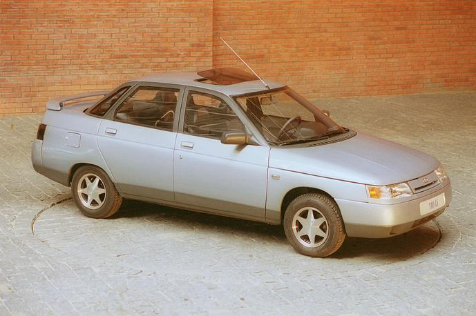 Переднеприводной автомобиль ВАЗ-2110. Объем двигателя - 1500 кубических сантиметров. На фото: ВАЗ-2110