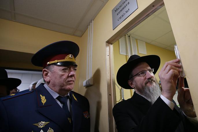Руководитель УФСИН по Москве Игорь Клименов и главный раввин России Берл Лазар