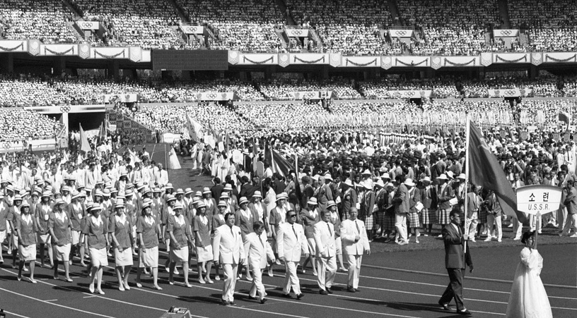 Олимпийские игры-1988. На соревнованиях в Сеуле сборная СССР опять выиграла медальный зачет. Советские атлеты завоевали 132 медали (55, 31, 46)