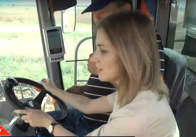 Наталья Поклонская за рулем комбайна