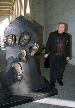 """Неизвестный рядом со скульптурой """"Сквозь стену"""", привезенной из США в подарок Борису Ельцину, 1996 год"""