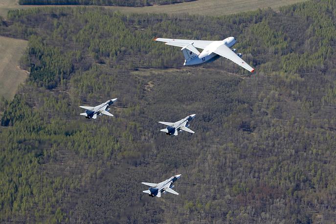 Тяжелый военно-транспортный самолет Ил-76МД и фронтовые бомбардировщики Су-24
