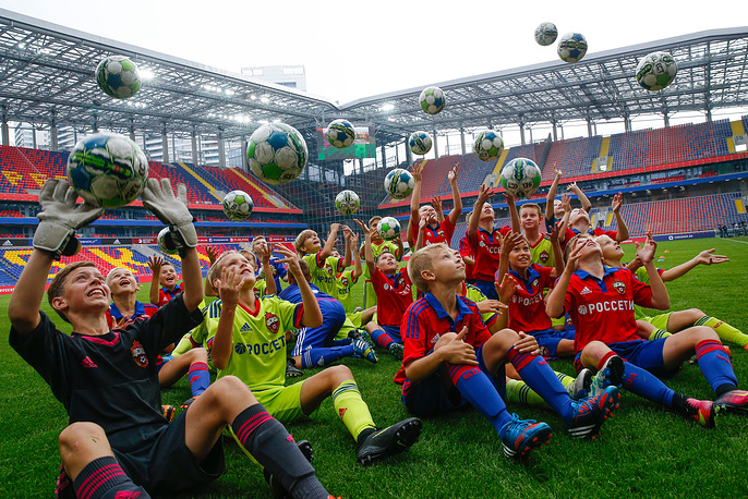 Дети во время тренировки на новом футбольном стадионе ЦСКА