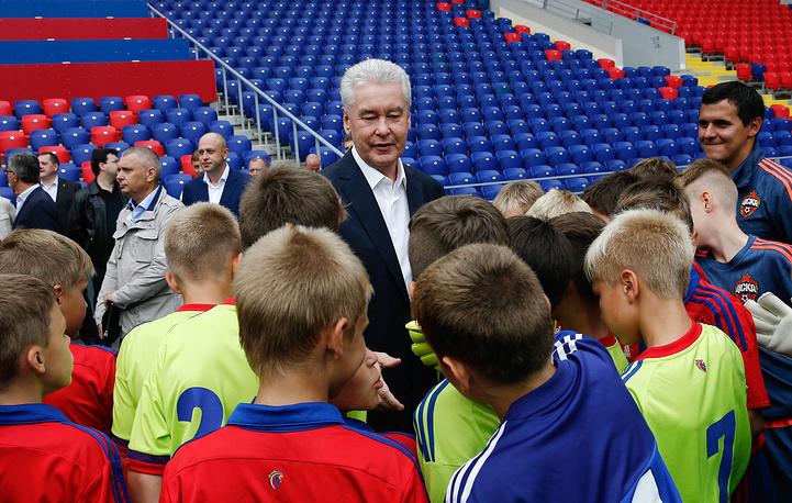 Мэр Москвы Сергей Собянин во время встречи с детьми, тренирующимися на новом футбольном стадионе ЦСКА