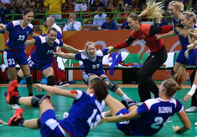 Игроки сборной России радуются победе в финальном матче, только что они выиграли золото Олимпиады