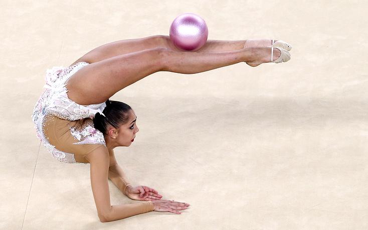 Мамун во время упражнения с мячом