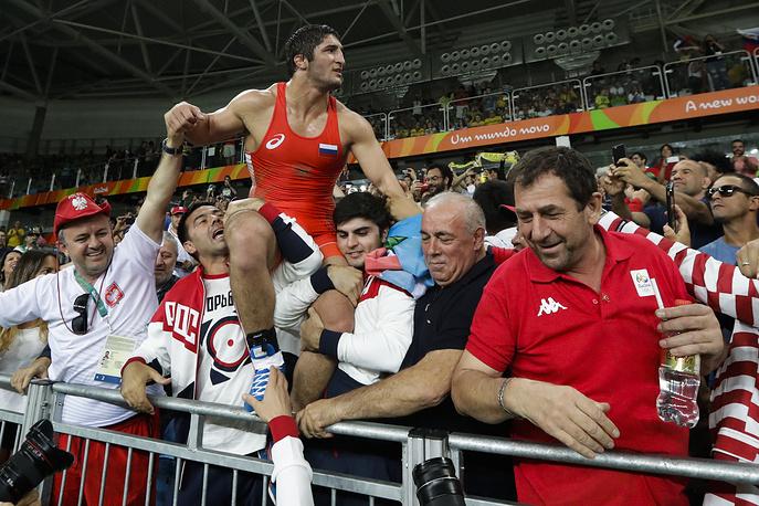 Садулаев празднует победу с болельщиками