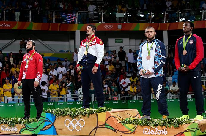 Яшар, Садулаев, азербайджанский спортсмен Шариф Шарифов и американец Джейден Кокс (слева направо) во время церемонии награждения призеров соревнований по вольной борьбе в весовой категории до 86 кг
