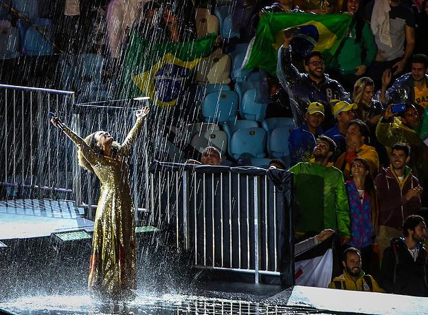 Бразильская певица Мариене де Кастро во время выступления на церемонии закрытия XXXI летних Олимпийских игр